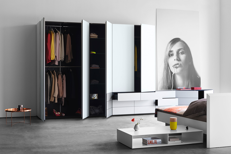 Schranksystem Soma von Kettnaker in weiß mit dunklem Innenleben.