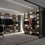 Begehbarer und beleuchteter Kleiderschrank in dunklem Nussbaum von Ars Nova Collection Centric.