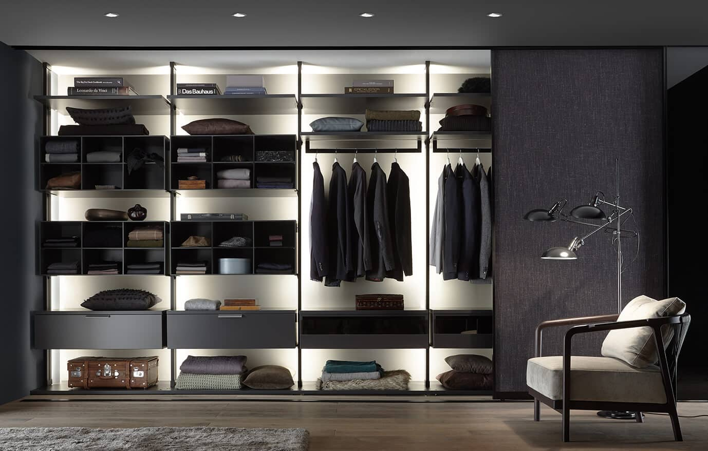 Wohnraum mit einem beleuchteten Regalsystem von Ars Nova Collection Centric mit Schiebetür.