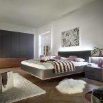 Classic Line Bettsystem mit Kleiderschrank und Kommode von Geha Möbel in der Kombination aus Anthrazit mit Furnier Nussbaum.